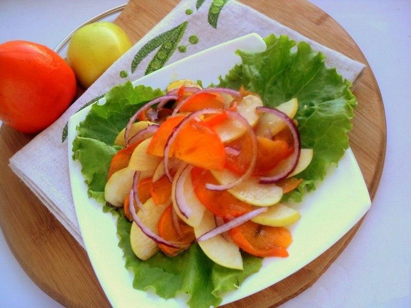 Салат с яблоками и хурмой